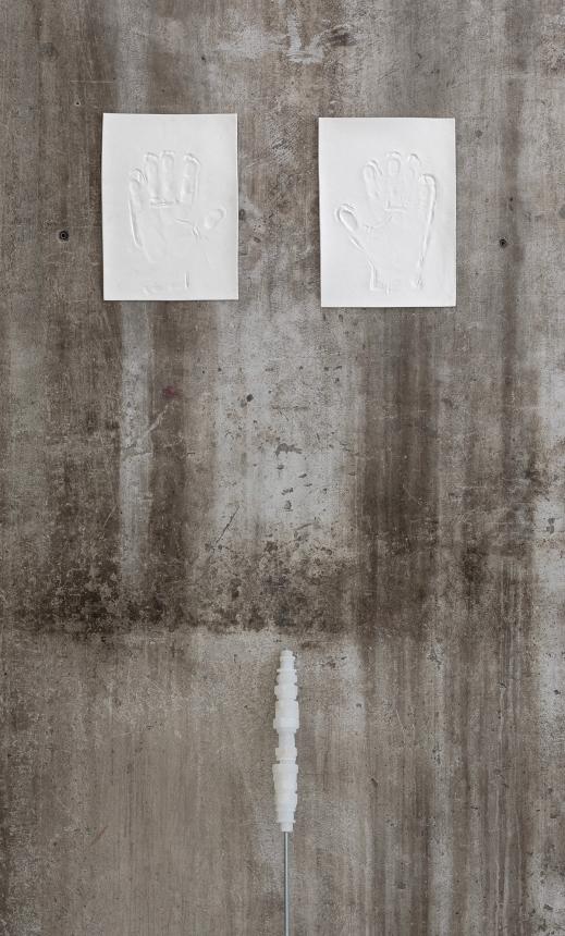 Mano sinistra e mano destra, 2021, porcellana e dadi di alabastro su barra filettata.