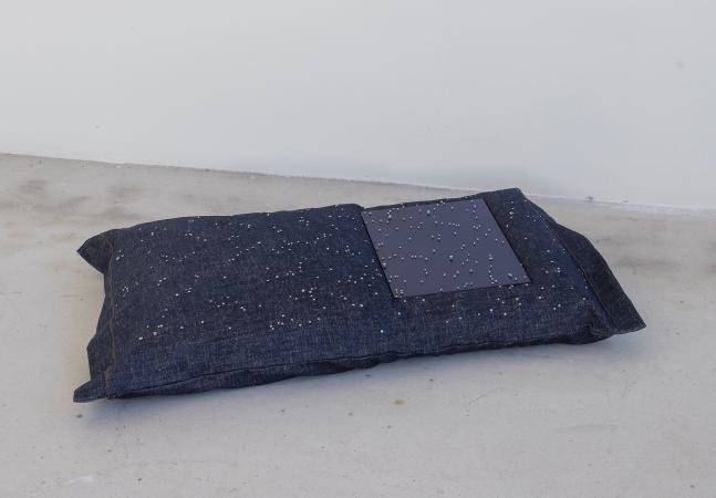 Notte stellare, 2020, cuscino in denim con viti a stella di 1 mm e lastra di alluminio dipinto, cacciaviti modificati in bronzo.